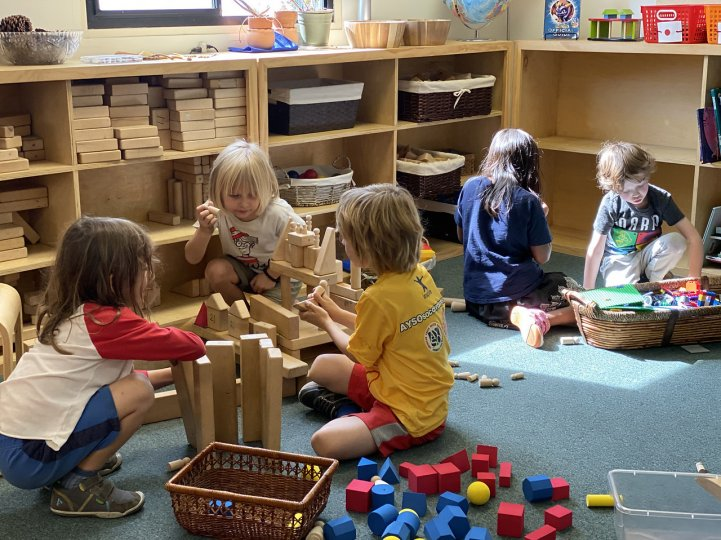 ES kindergarten students play with blocks